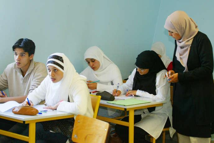 Le lycée privé musulman Averroès de Lille est taxé d'antisémitisme et d'intégrisme par un de ses anciens enseignants.