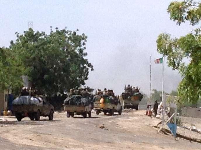 Des soldats tchadiens en route pour Gamboru, le 3 février à Fotokol, au Cameroun.