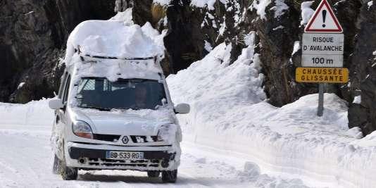 Les conditions de circulation pourraient être difficilesdans les Alpes, prévient Météo-France,« compte tenu des départs et retours de vacanciers prévus ce week-end ».
