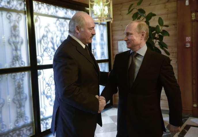 Vladimir Poutine salue le président biélorusse Alexandre Loukachenko , le 8 février à Sotchi.