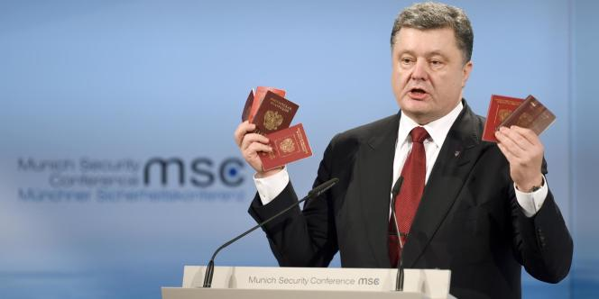Le président ukrainien, Petro Porochenko, brandissant, samedi 7 février à la conférence de Munich, ce qu'il affirme être des passeports russes confisqués à des soldats en Ukraine.