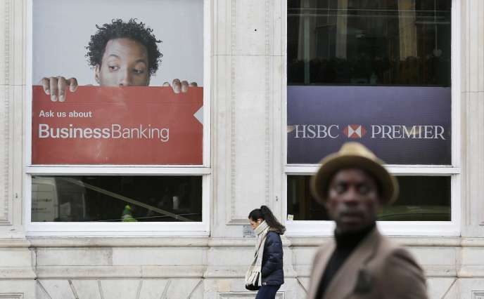 Pedestrians walk past an HSBC bank in London, February 9, 2015. British bank HSBC Holdings Plc admitted on February 8, 2015 failings by its Swiss subsidiary, in response to media reports it helped wealthy customers dodge taxes and conceal millions of dollars of assets. REUTERS/Suzanne Plunkett (BRITAIN - Tags: BUSINESS POLITICS TPX IMAGES OF THE DAY)