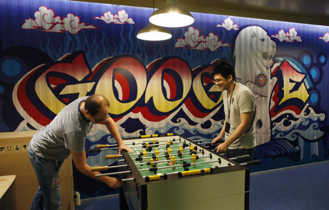 «75 % des dirigeants déclarent que la qualité de vie au travail sera dans l'avenir un thème de préoccupation majeur pour les entreprises». Photo: le direction de la communication de Google à Singapour, Robin Moroney, joue avec un employé en 2013.