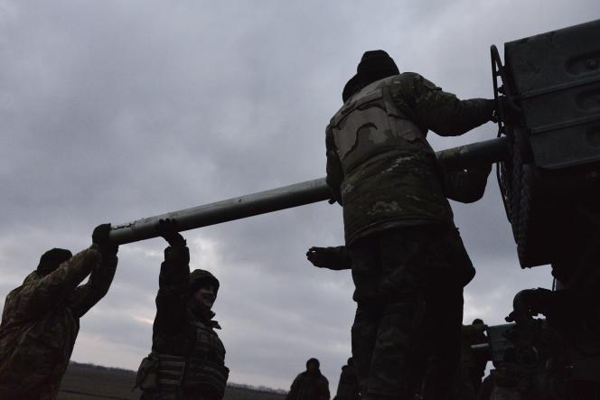 Des militaires ukrainiens chargent des roquettes Grad avant de les lancer en direction des séparatistes prorusses dans les environs de Debaltseve, dans l'est de l'Ukraine, le 8 février.