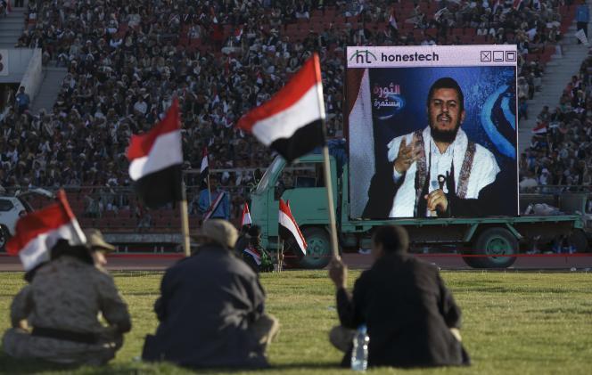 Des partisans d'Abdel Malik Al-Houthi écoutent le discours télévisé de leur chef dans un stade, à Sanaa, le 7février.