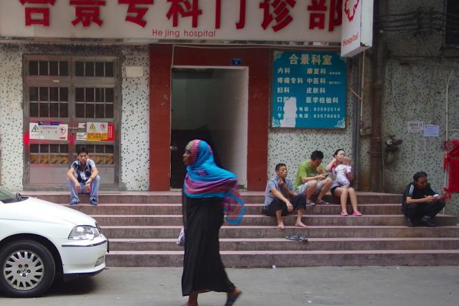 Des patients devant un hôpital de Canton, Chine.