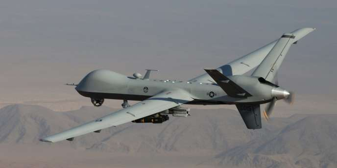 Un drone Reaper armé de bombes et d'un missile survole l'Afghanistan.
