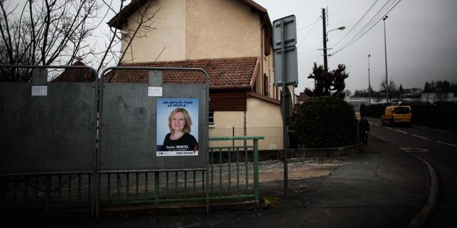 Montbéliard le 22 janvier 2014. Campagne pour l'élection législative partielle dans le Doubs. Distribution de tracts par la candidate FN, Sophie Montel.