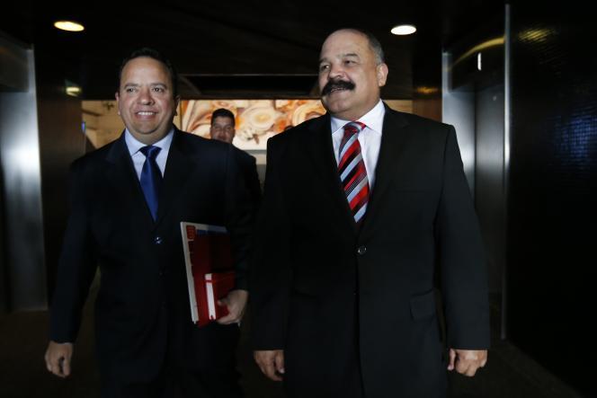Le ministre des finances vénézuélien Rodolfo Marco Torres (à gauche) avec le président de la Banque centrale nationale, Nelson Merentes, à Caracas, le 10 février