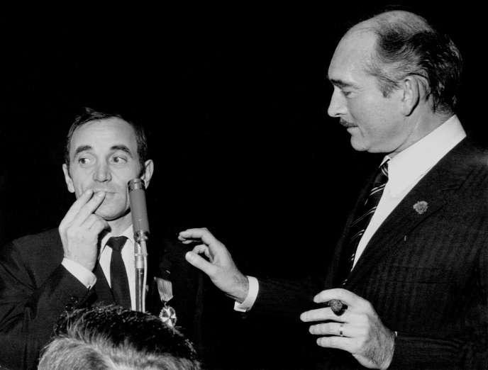 Charles Aznavour avec Eddie Barclay le 23 décembre 1965.