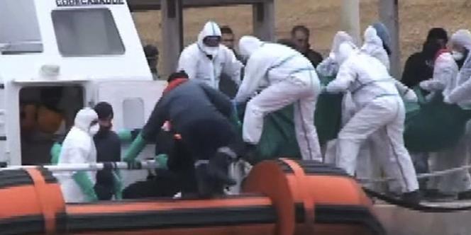 Le bateau des garde-côtes italiens est évacué, lundi 9 février.
