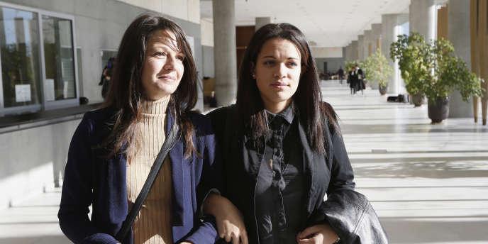 Manon Serrano et sa mère, le 2 décemnbre 2014. Les familles avaient réclamé début décembre – lors d'une audience civile à huis clos – plus de 12 millions d'euros de dommages, une somme astronomique peu habituelle dans les tribunaux français.