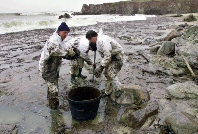 Opération de nettoyage des côtes, au Croisic (Loire-Atlantique), le 7janvier2000, après le naufrage de l'«Erika».