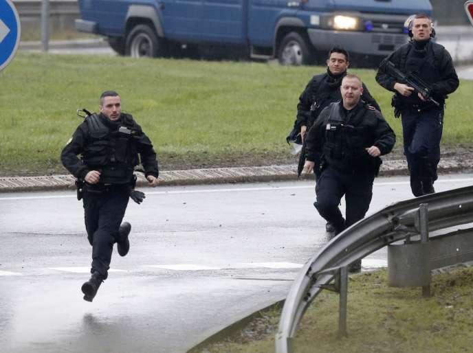 Le GIGN arrive à Dammartin-en-Goele, où les deux suspects de l'attaque de Charlie Hebdo étaient retranchés, le 9 janvier.