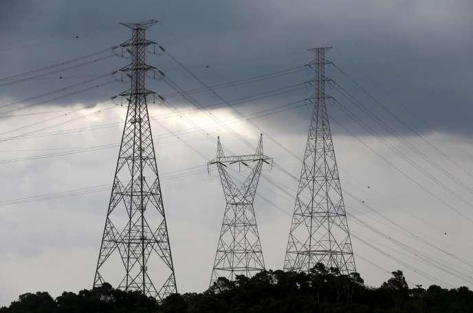 Pylônes électriques. Faute de distribution immédiate, le courant électrique, qui ne peut pas être stocké, est perdu.