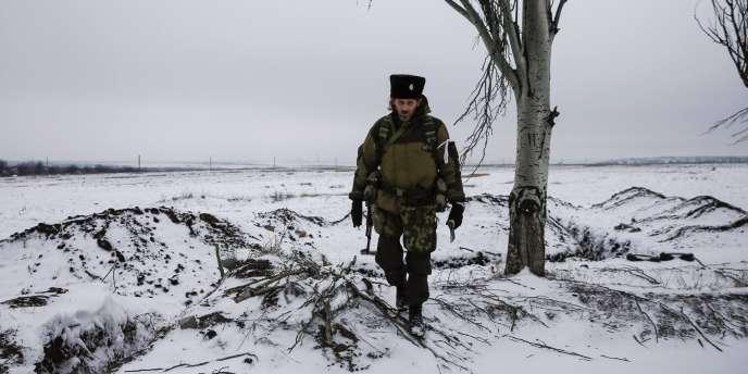 Un séparatiste prorusse près de Vuhlehirsk dans l'est de l'Ukraine, mardi.