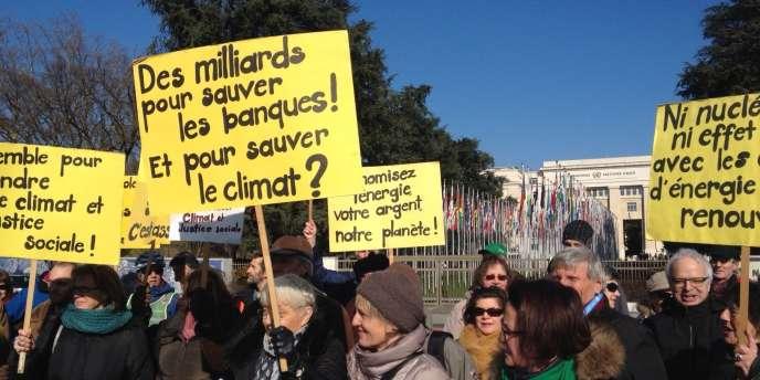 Des militants rassemblés le 11 février place des Nations, à Genève, pendant les négociations de l'ONU sur le climat