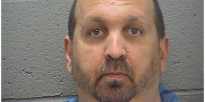Le tireur, un homme de 46ans identifié comme Craig Stephen Hicks, a été incarcéré. La police n'a pas à ce stade expliqué quelles étaient ses motivations.