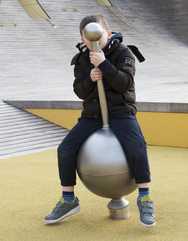 Un enfant joue, donc il est.