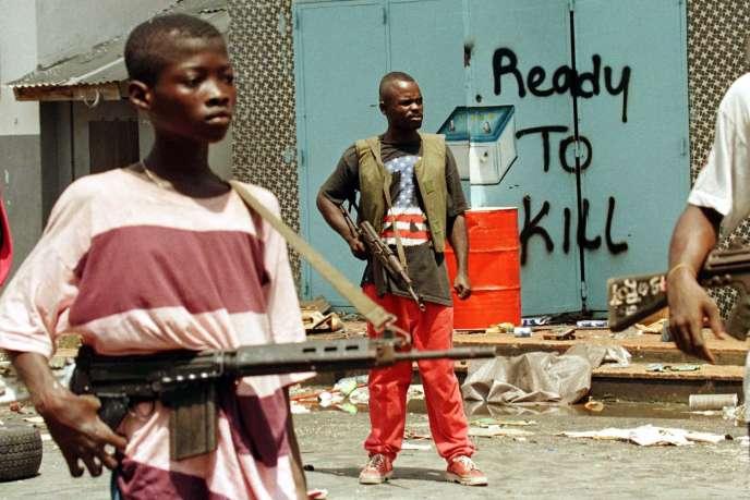 Des jeunes combattants au Liberia, le 9 mai 1996.
