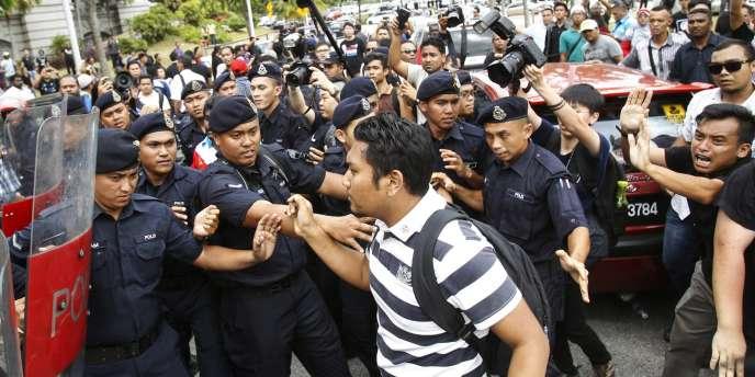 Des partisans de l'opposant malais Anwar Ibrahim manifestent devant la Haute cour de justice de Kuala Lumpur mardi 10 février.