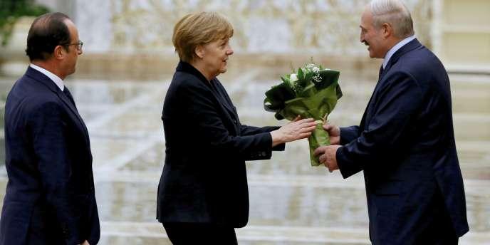 Le président de la Biélorussie, Alexander Loukachenko, accueille la chancelière allemande, Angela Merkel, et le président de la France, François Hollande.