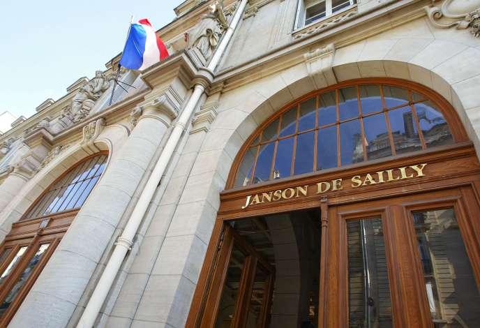 « Les SES [sciences économiques et sociales] sont choisies par 85 % des lycéens de seconde générale et technologique comme « enseignement d'exploration » et le bac ES est aujourd'hui la deuxième voie d'accès au baccalauréat » (Photo: entrée du lycée Janson-de-Sailly en2002 à Paris).