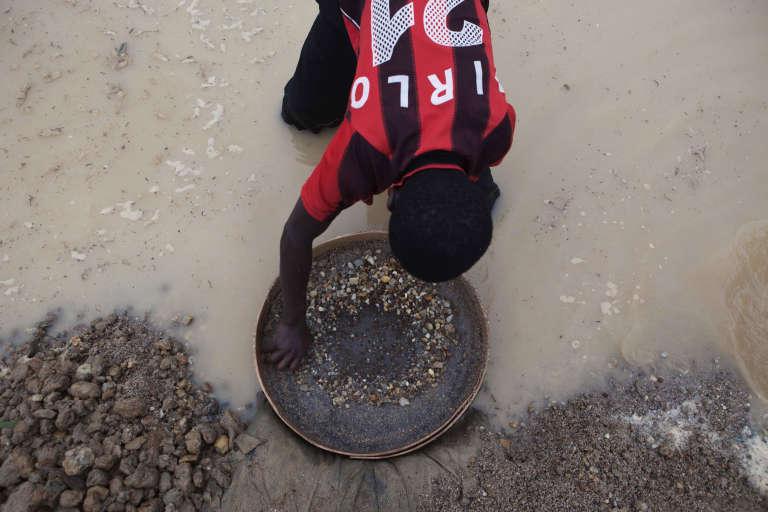 Un chercheur de diamants à Koidu, dans l'est de la Sierra Leone, en avril 2012.
