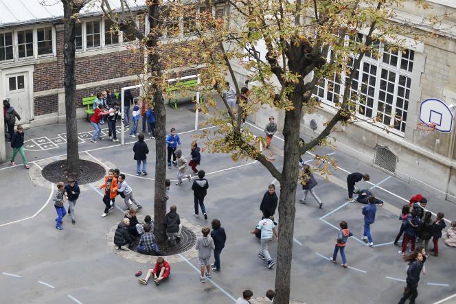 Des enfants jouent dans une école primaire à Paris, en octobre 2014.