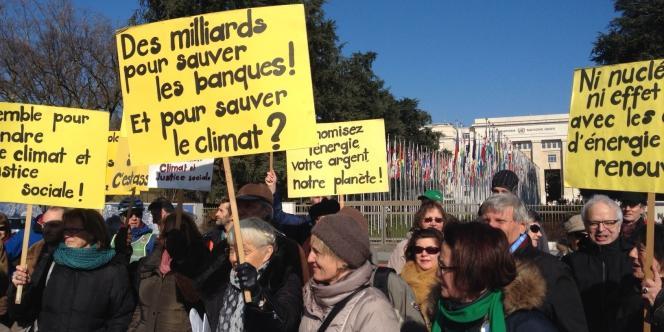 Des militants rassemblés le 11 février place des Nations à Genève, pendant les négociations de l'ONU sur le climat.