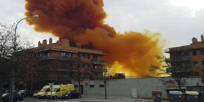 Un nuage toxique se répand dans la ville d'Igualada en Espagne.