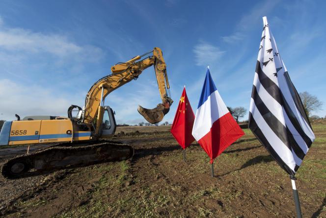 Lancement des travaux de construction de l'usine de fabrication de lait en poudre du groupe chinois Synutra, à Carhaix (Finistère), en janvier 2014.