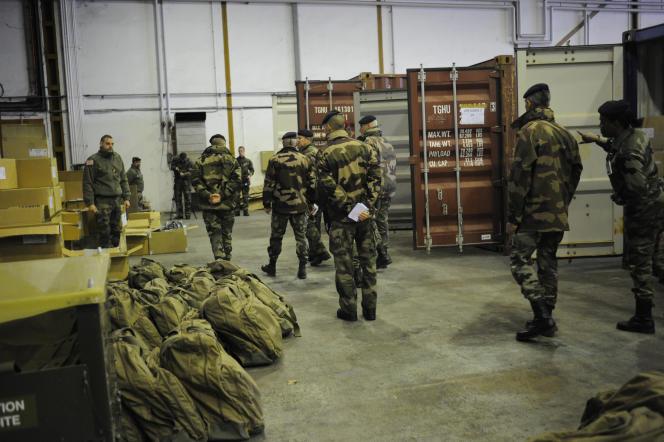 Visite du général d'armée Jean-Pierre Bosser, chef d'état-major de l'armée de terre sur la chaîne de perception de l'opération Sentinelle, à Brétigny-sur-Orge, le 12 février.