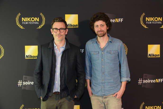 Michel Hazanavicius, président du jury, et David Merlin-Dufey, lauréat du Grand Prix du jury, lors de la 5e édition du Nikon Film Festival au MK2 Bibliothèque à Paris, le 12 février 2015.