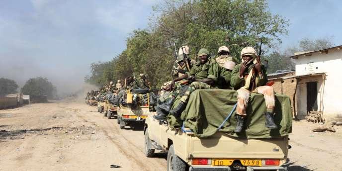 Des soldats tchadiens patrouillent le long de la frontière nigériane, le 4 février 2015.
