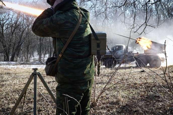 Des rebelles prorusses tirent des roquettes Grad sur des positions de l'armée ukrainienne, le 13février.