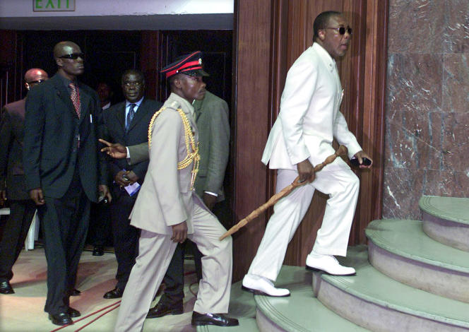 L'ex-président du Liberia, Charles Taylor, à Accra (Ghana), en 2003. Il est l'un des instigateurs de la guerree civile de Sierra Leone. En 2012, le Tribunal spécial pour la Sierra Leone, dépaysé à la Haye (Pays Bas), le reconnaît coupable de crimes contre l'humanité et de crimes de guerre.