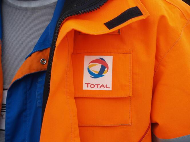 Total a annoncé une réduction des effectifs de2 000personnes, sur près de100000salariés.