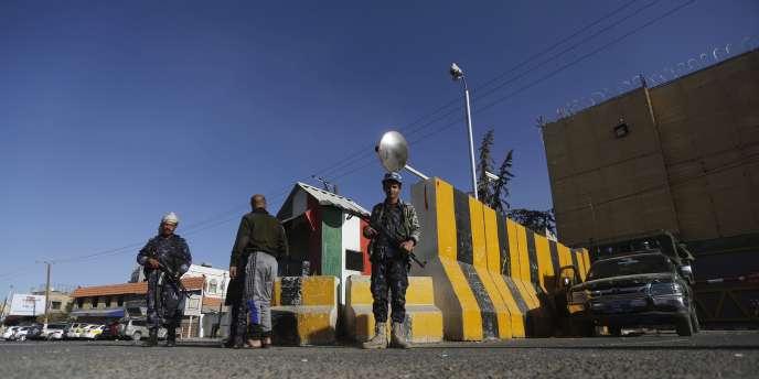 Des policiers yéménites en faction devant l'ambassade d'Italie, le 13février.