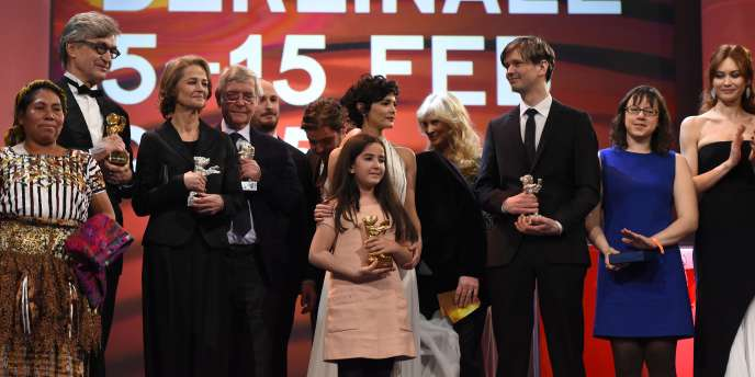 Au centre, la nièce du réalisateur iranien Jafar Panahi, avec l'Ours d'or de la Berlinale, le 14 février 2015.