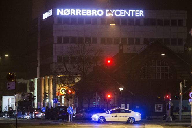 Des policiers près du centre de Norrebro, à Copenhague, près duquel l'auteur présumé des fusillades du 14 février a été abattu par la police.