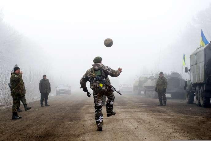 Des militaires ukrainiens jouent au football près de Debaltsevo, où le chef séparatiste prorusse a renié le nouveau cessez-le-feu dimanche peu après son entrée en vigueur, en disant qu'il ne s'appliquait pas à la ville stratégique de Debaltsevo, où se sont déroulés l'essentiel des combats ces dernières semaines.