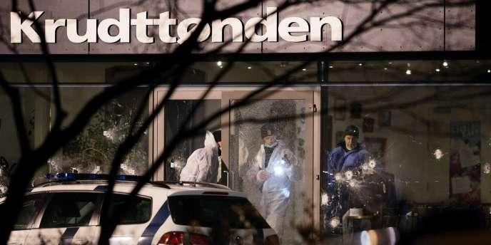 La fusillade s'est déroulée au centre culturel Krudttønden à Østerbro, au nord du centre-ville historique de Copenhague. S'y tenait une conférence ayant pour thème « art, blasphème et liberté d'expression », en hommage à