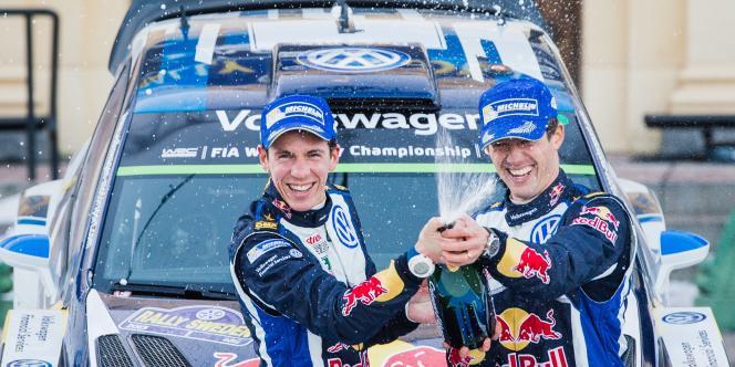 A droite de l'image, Sebastien Ogier fête sa victoire en Suède aux côtés de son copilote Julien Ingrassia.