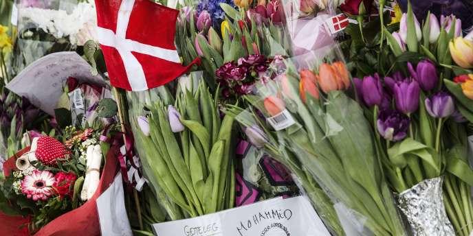 Hommages devant le centre culturel de Krudttonden, où a eu lieu la fusillade samedi.