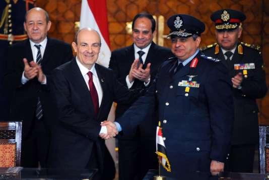 La signature du contrat de 24 avions Rafale pour l'Egypte au palais présidentiel, au Caire, le 16 février 2015. Au second plan, Jean-Yves le Drian et le président égyptien, Abdel Fattah Al-Sissi.