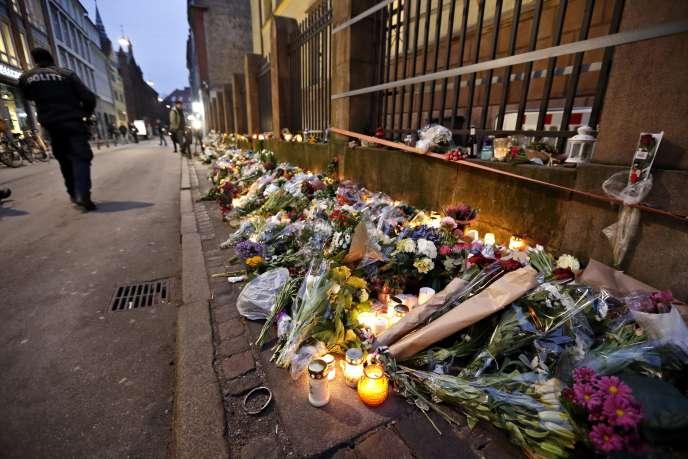 A Copenhague, les Danois ont fleuri les abords de la synagogue après la fusillade qui y a éclaté, tuant une personne et blessant deux policiers samedi 14 février.