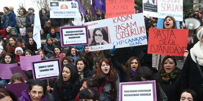 Depuis l'enterrement vendredi de l'étudiante, les manifestations d'indignation ont pris un tour très politique. Le chef du principal parti d'opposition a attribué la hausse des violences faites aux femmes à la « morale » et la « mentalité » religieuses de l'AKP.