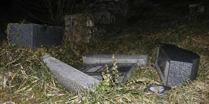 De nombreuses stèles du cimetière juif de Sarre-Union ont été mises à terre, des dalles horizontales ont été soulevées.