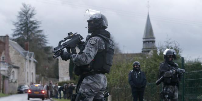 Les membres du GIPN, pendant la traque des frères Kouachi à Corcy, le 8 janvier.